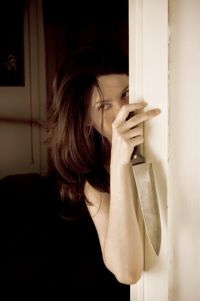 Femme en self-defense avec un couteau