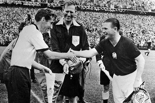 Capitães alemão e húngaro na final copa de 1954