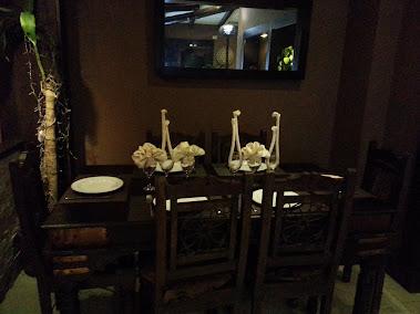 Mesas, sillas, vajilla