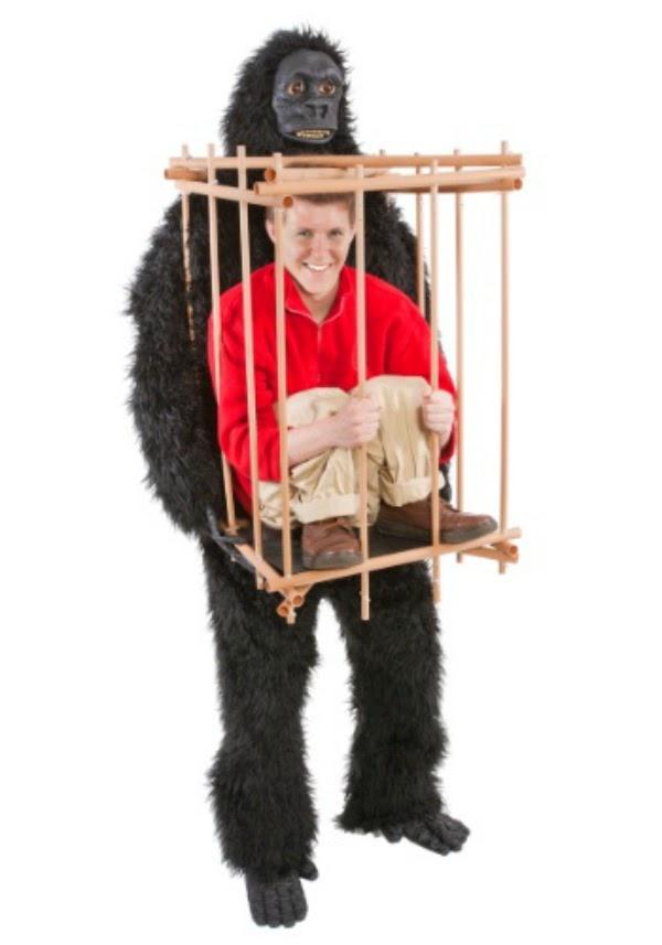 Gorila con un hombre en una jaula