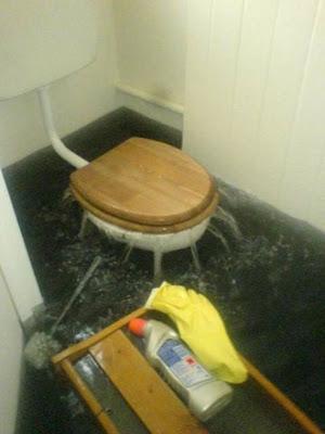 Chasse d'eau de WC surpuissante, inondation garantie pour grosse rigolade.