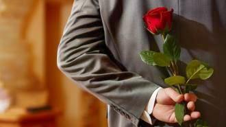 كلام عن الرجل - رجل يحمل ورود ورد ازهار زهور وردة - man carrying holding flowers roses