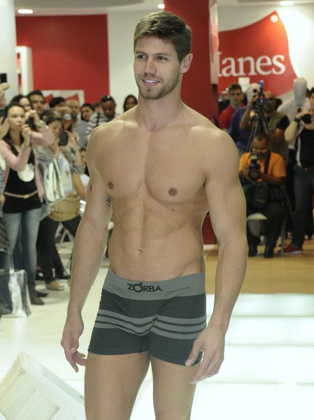 O ex-BBB12 Jonas Sulzbach de cueca em evento de moda