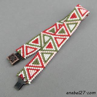 Узкий браслет из бисера с геометрическим орнаментом