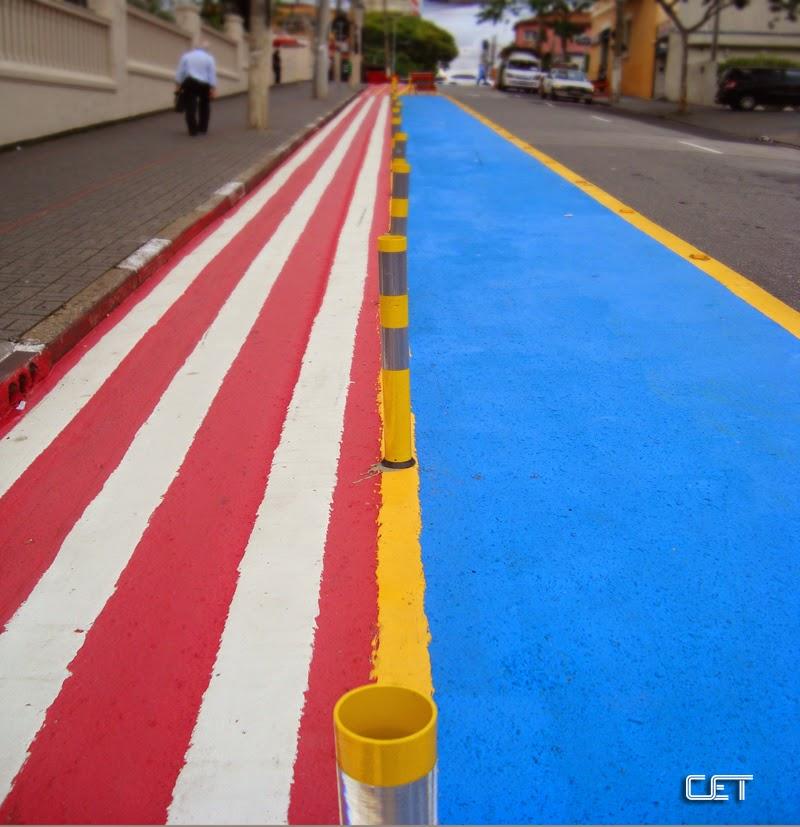 Ciclovia na Rua Madre Cabrini, com faixa azul pintada ao lado