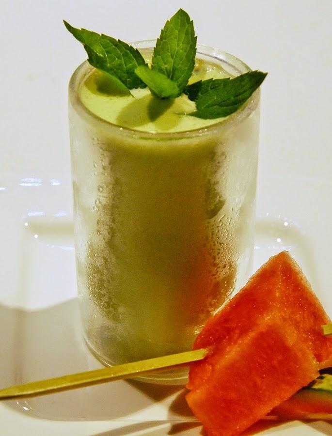 kühle Erfrischung durch Joghurt-Drink im Glas mit gekühlter Melone