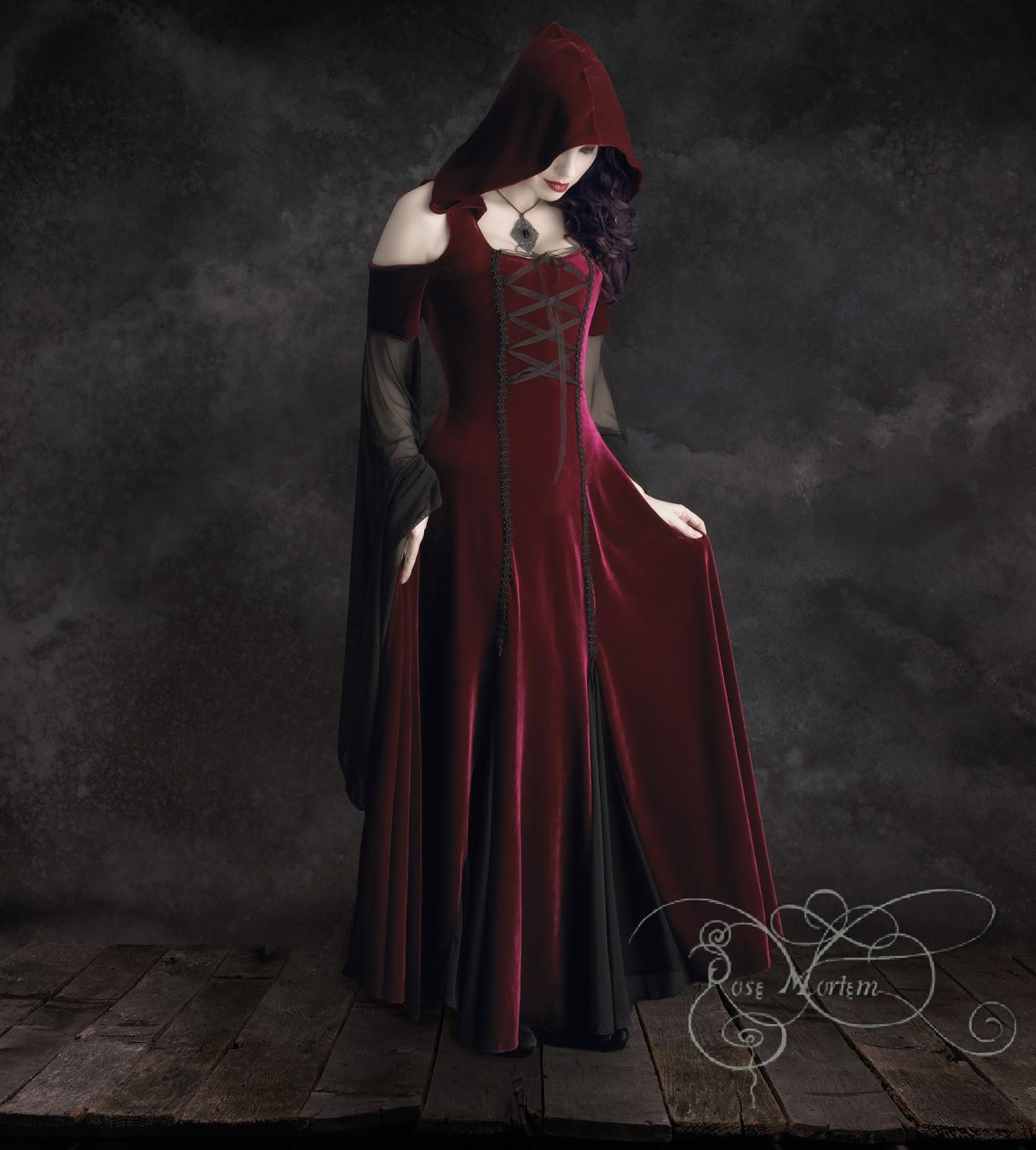 La costura del corpiño está rematada con dos adornos de cordelería  enlazada, unidos por una cinta entrelazada de malla. El vestido trae una  capucha que