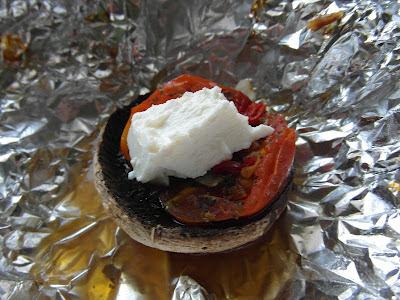 Pieczarki grillowane z pomidorami i fetą