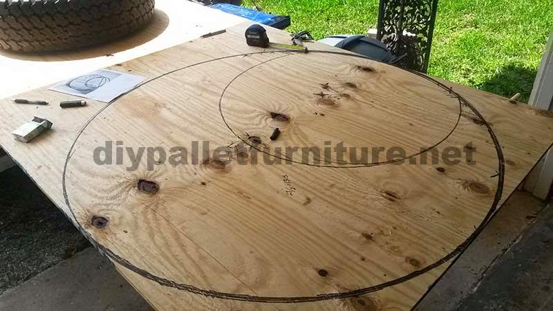 aqu podis ver como ya ha dibujado las lunas en unas tablas compradas en una carpintera