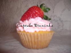 Cupcake  de coco com creme de morango e morangão