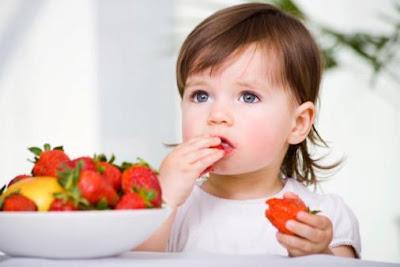 اطعمة سحرية تزيد من ذكاء طفلك - طفل جميل يأكل - بنت