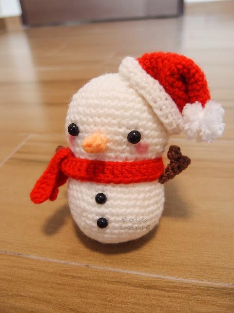 crocheted snowman amigurumi