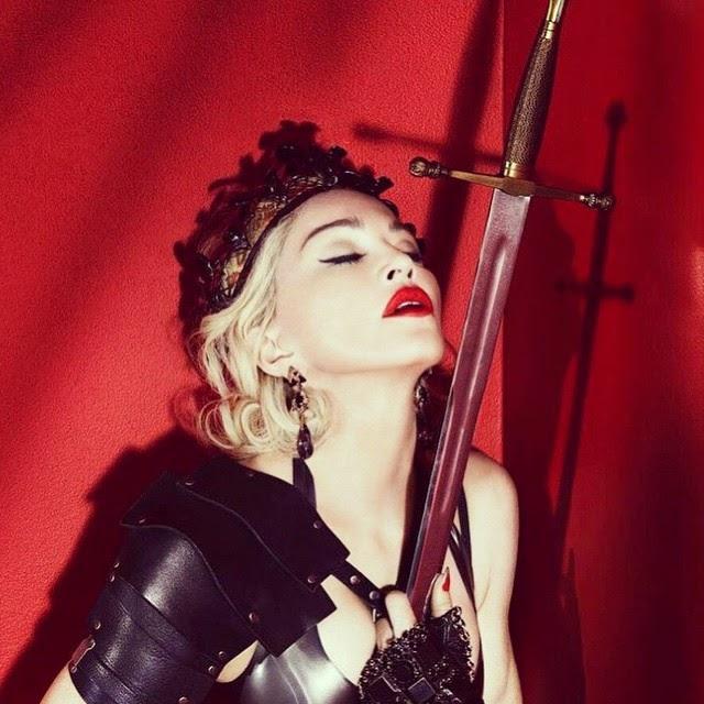 Le clavan una espada en el pecho a Madonna