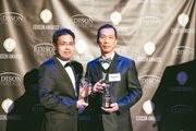 大葉大學機械系企業家碩士生邱秉楓(右)榮獲研發創新最高榮譽的2015年愛迪生發明大獎(Edison Awards)