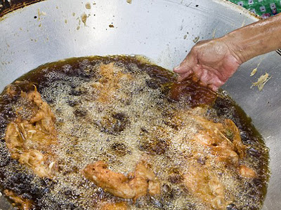 Menggoreng ayam dengan tangan kosong