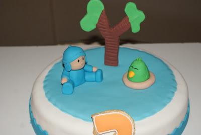 tarta pocoyo de fondant con personajes modelados