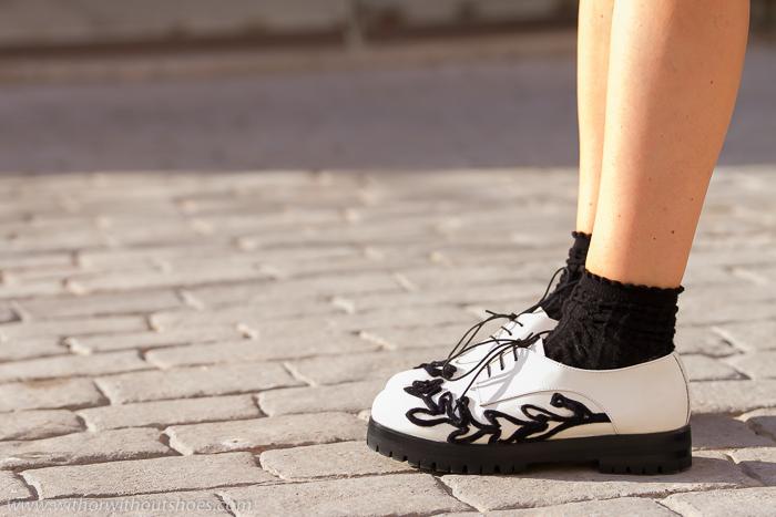 Zapatos blancos y negros cómodos modernos y estilosos de moda tendencia calcetines