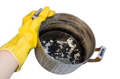 membersihkan panci gosong