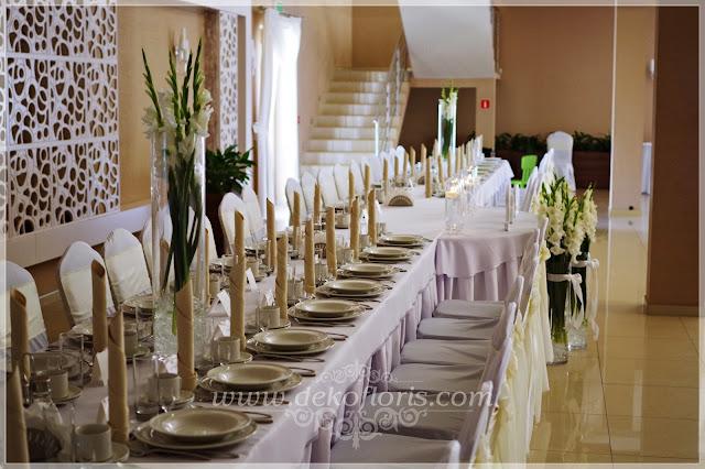 Biała dekoracja sali weselnej w gladiolach Opole Zajazd u Dziadka