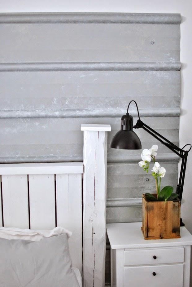 pannplåt på väggen skrivbordslampa sängbord diy sänggavel