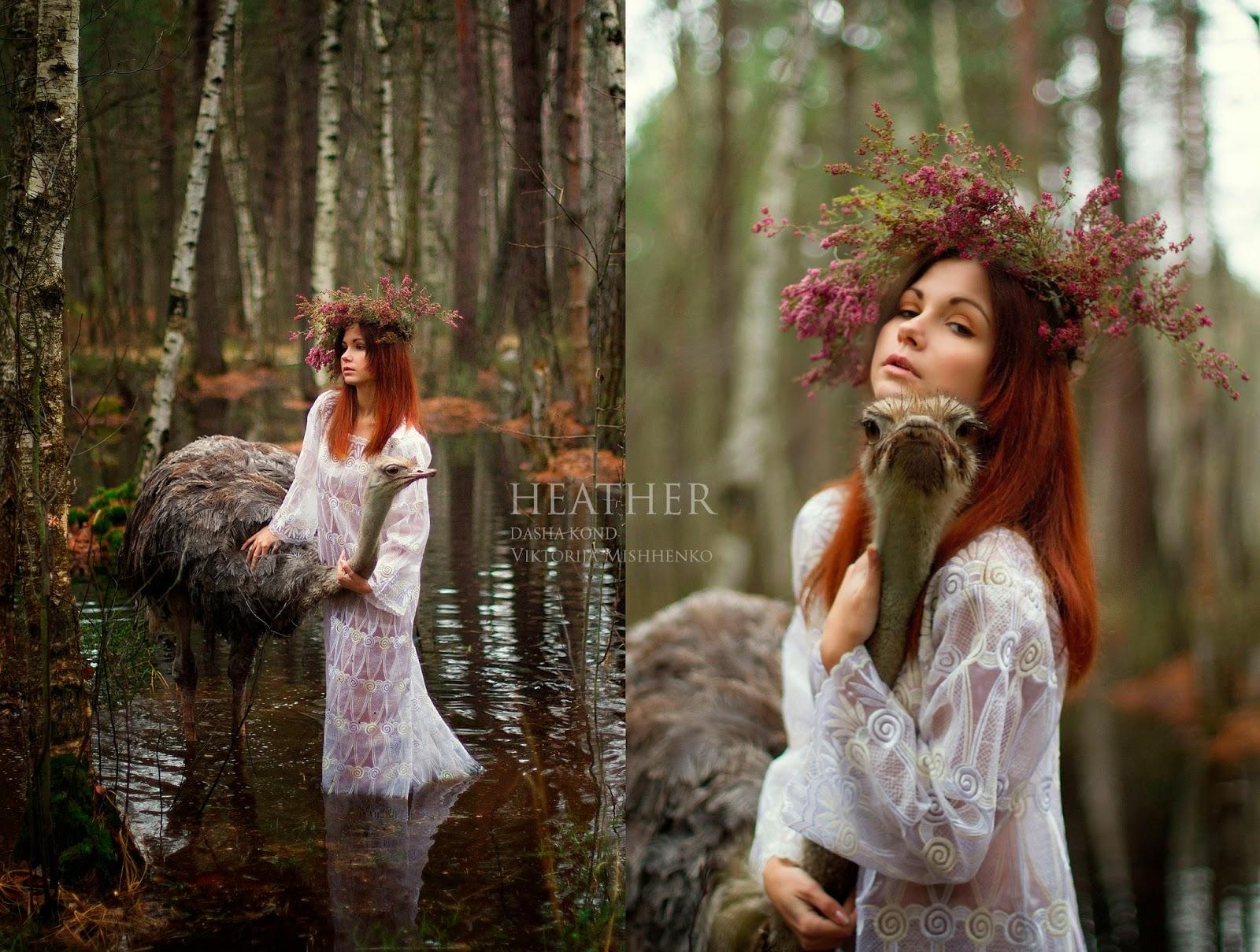 fille rousse avec une autruche dans un marais par Dasha Kond