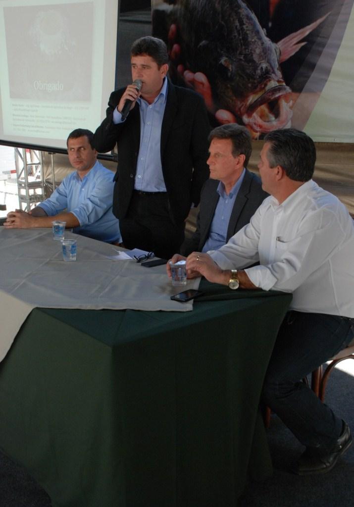 Secretário Estadual de Desenvolvimento Regional Felipe Peixoto, Prefeito Arlei, Ministro Crivella e Prefeito Rogério Cabral: parceria pelo desenvolvimento econômico da região