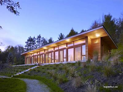 Moderna casa canadiense contemporánea hecha de madera