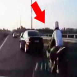 O que esse motociclista conseguiu fazer depois de bater no carro em alta velocidade, vai te deixar sem palavras