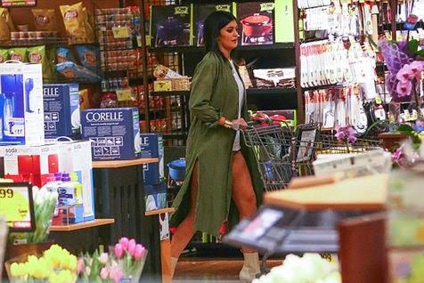 Sibuk Belanja Ini Dia Foto Kylie Jenner Yang Lupa Pakai Celana