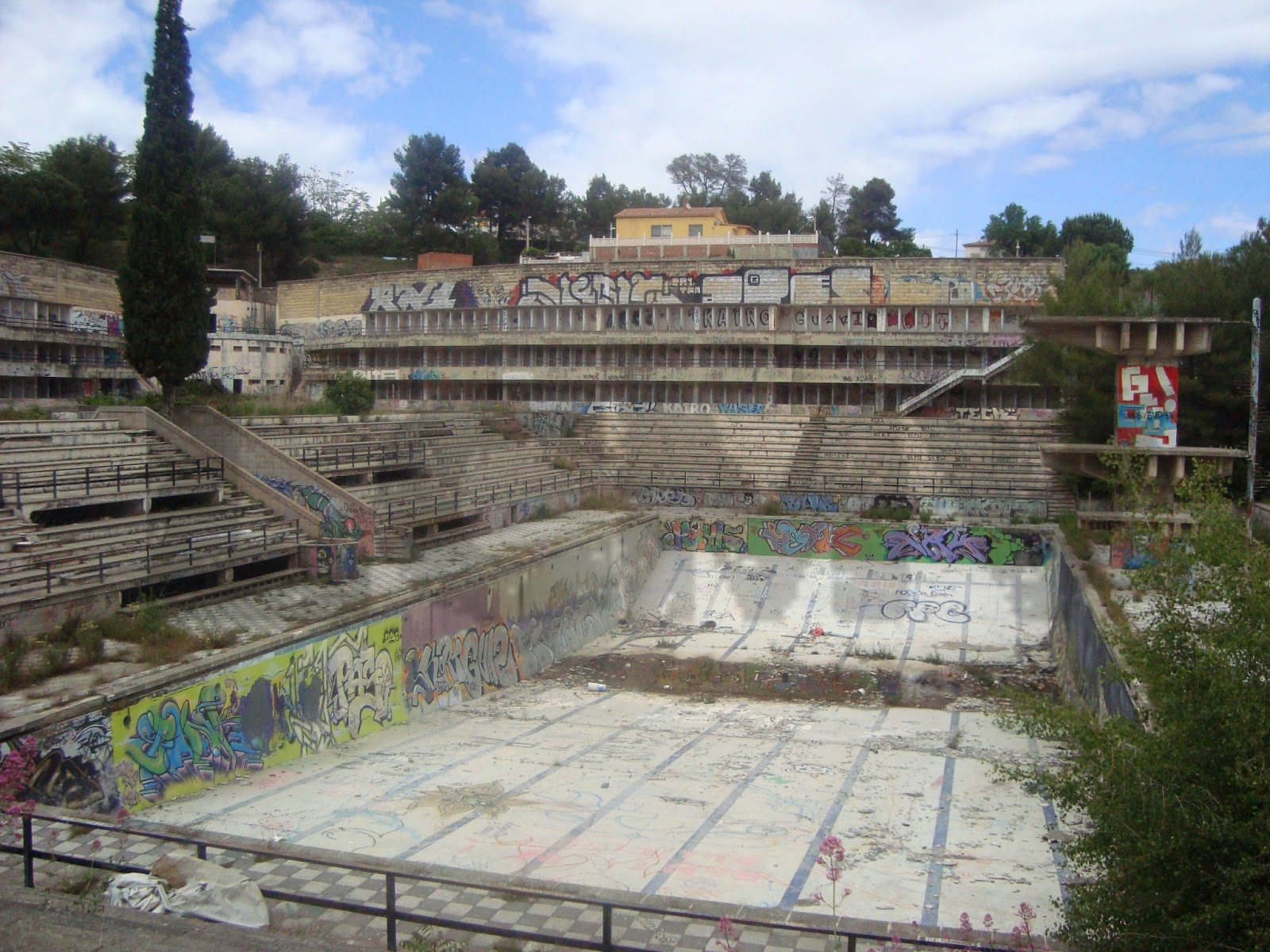 Lugares con mucha vida las viejas piscinas de castellnou - Piscinas abandonadas rubi ...