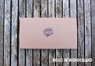 cajita para entregar los productos de ROSES IN WONDERLAND hecha a mano
