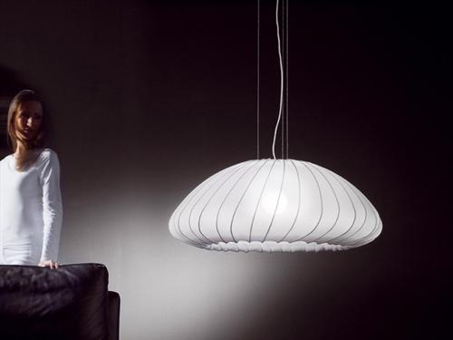 Axo Light sostiene que sus creaciones están enfocadas a provocar emociones a la vez que se adaptan sin problema a todo tipo de lugares y espacios, y esta lámpara es una buena muestra de ello.