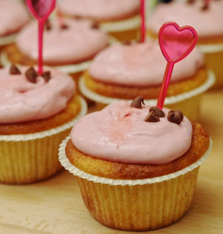 Ystävänpäivän vadelma-maapähkinä cupcakes