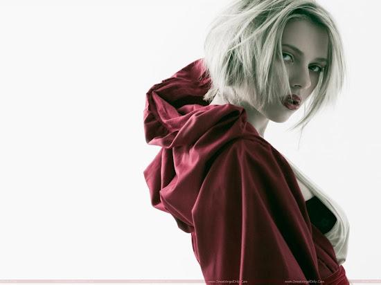 Scarlett_Johansson_milky_model