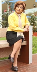 Irma Maury sentada como Nelly Camacho