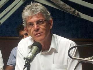 Ricardo anuncia pagamento dentro do mês e correção no salário dos professores