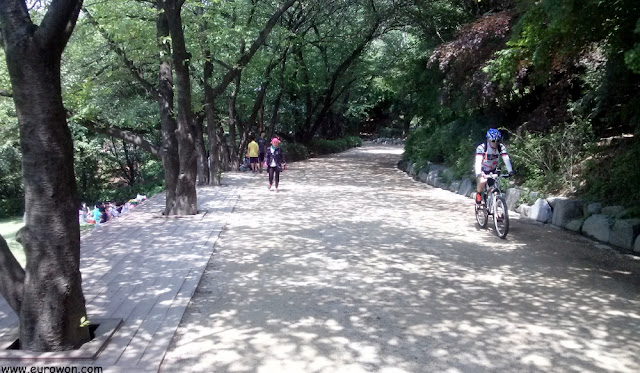 Inicio de la subida a la montaña Ansan de Seúl
