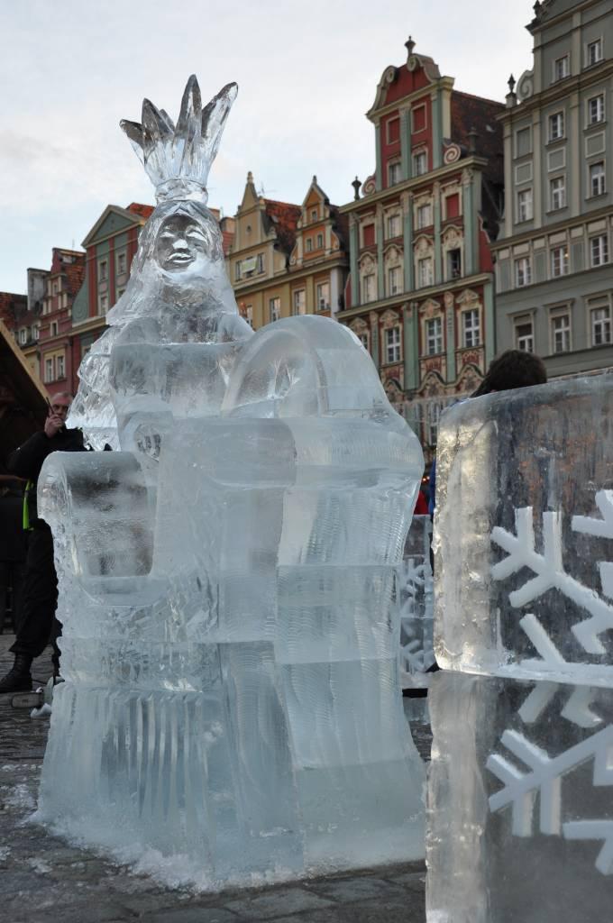 Nowa krolowa Wroclawia na tle wrocławskich kamienic