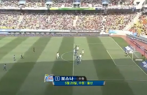 Suwon Samsung defender Eddy Bosnar shoots to score from a free-kick against Ulsan