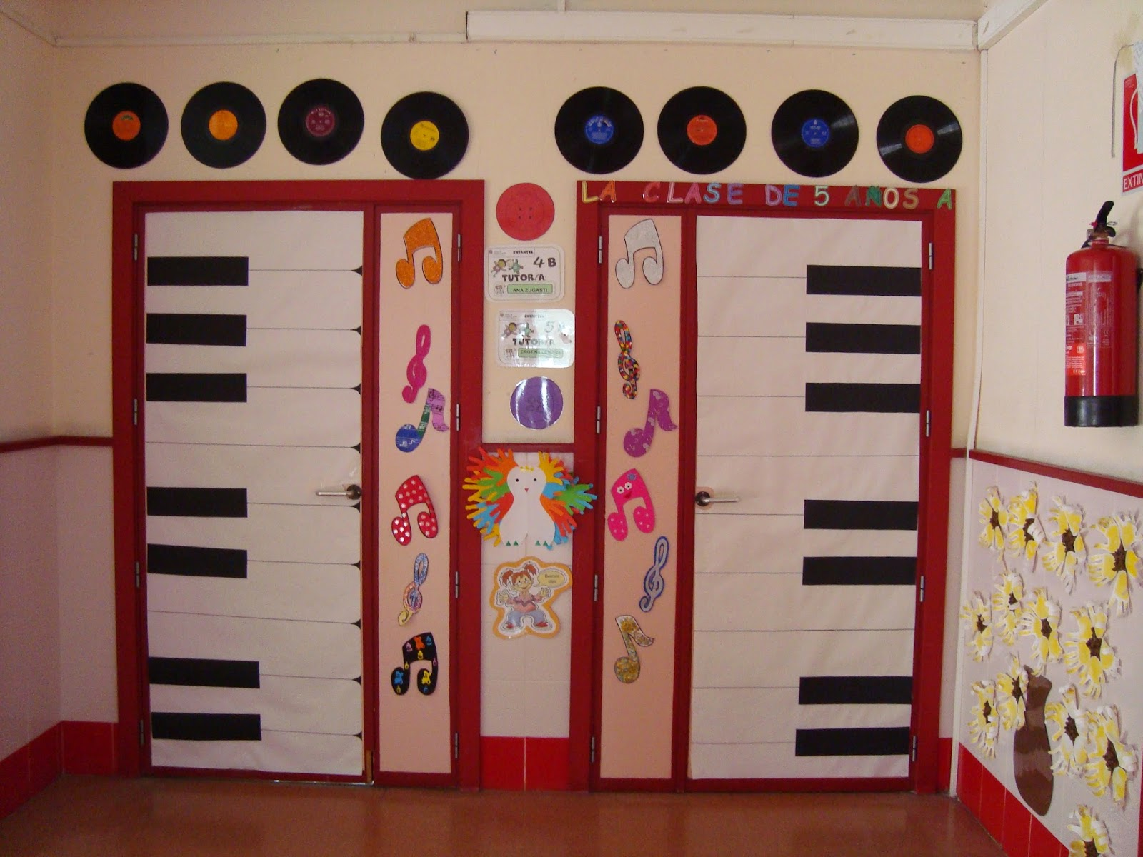 Plastificando ilusiones decoramos los pasillos musicales for Decoracion puerta aula infantil