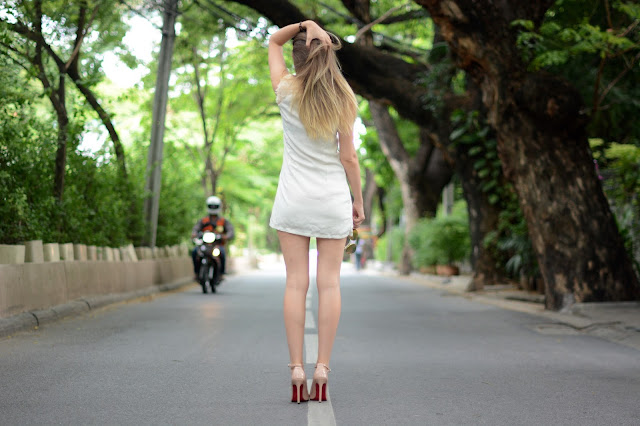 nude and red, fashion house cz, český fashion blog, nude shoes, nude heels, red soul nude shoes, shein review, sheinside review, white dress, bangkok, bangkok fashion blog, farang in bangkok, nude lodičky, boty s červenou podrážkou, thajsko, thajsko blog, blog o thajsku, češi v zahraničí, kristýna vacková, kristýna thajsko, thajský blog, thai, thai scooter taxi, chidlom