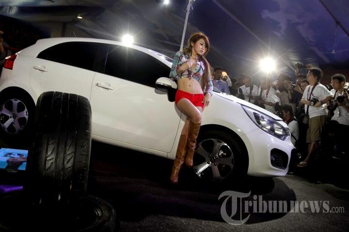 Naomi Alexandra Sexy di Pameran IIMS 2013