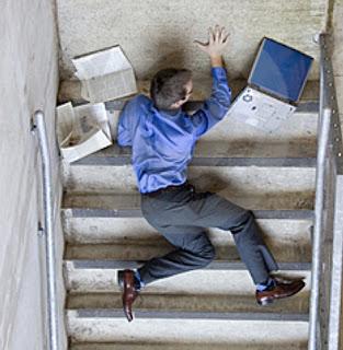 http://1.bp.blogspot.com/-v26MgcpQUeI/TVkoePEPl2I/AAAAAAAAACI/D9MwDFNuej8/s1600/falling-down-stairs1.jpg