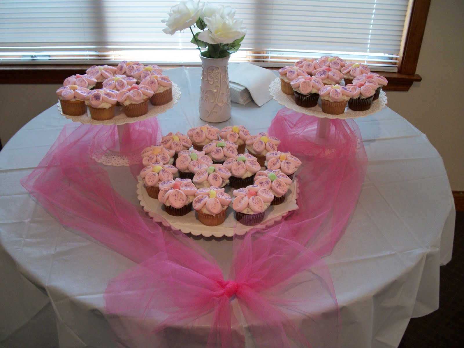 Beautiful flower cupcakes i had to make a cake for a baby shower last weekend and decided to give these a try they turned out really well and made for a beautiful arrangement izmirmasajfo