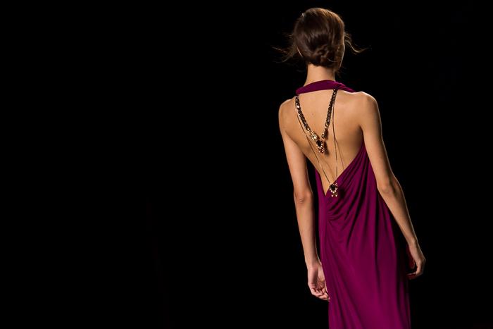 Vestido morado escote espalda con joya de Anton Heunis
