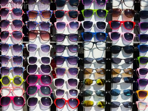 Ambulantes colocam óculos de sol expostos na rua para a comercialização.  (Divulgação) d67d3ce6d7