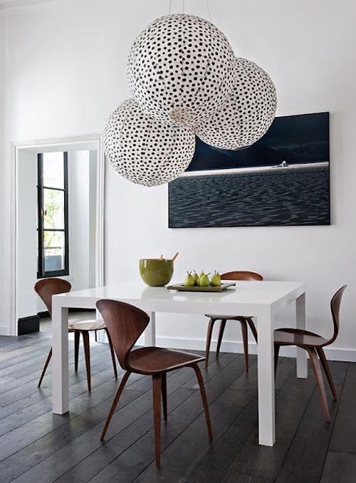 decoração de sala de jantar com mesa de madeira laqueada de branco
