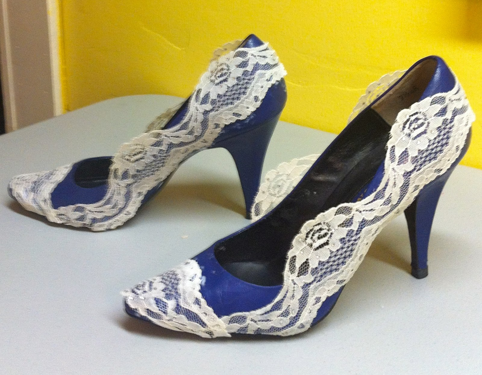 Переделка обуви своими руками / чем украсить босоножки обувь 6