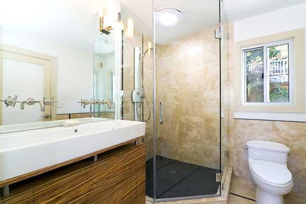 Baños Diseno Interior:Diseño interior de baño contemporáneo con ducha en el rincón con