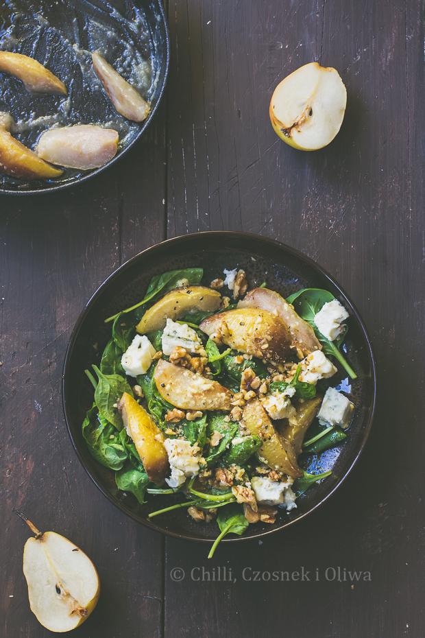 Sałatka z karmelizowaną gruszką, gorgonzolą i szpinakiem
